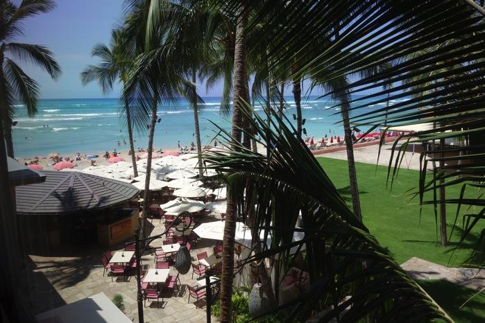 窓からビーチ