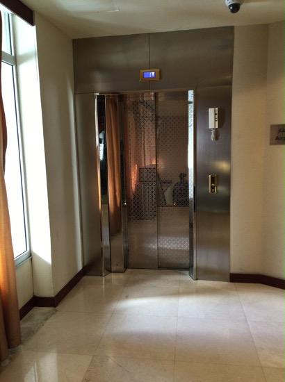 ラウンジ行きエレベーター