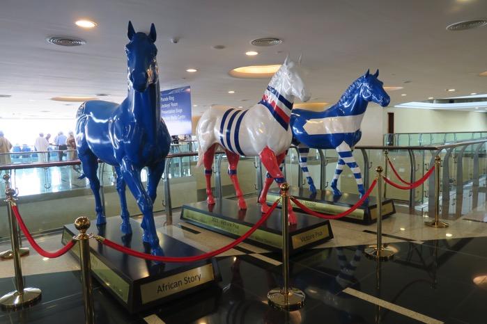 ドバイ競馬 ヴィクトワールピサ馬像